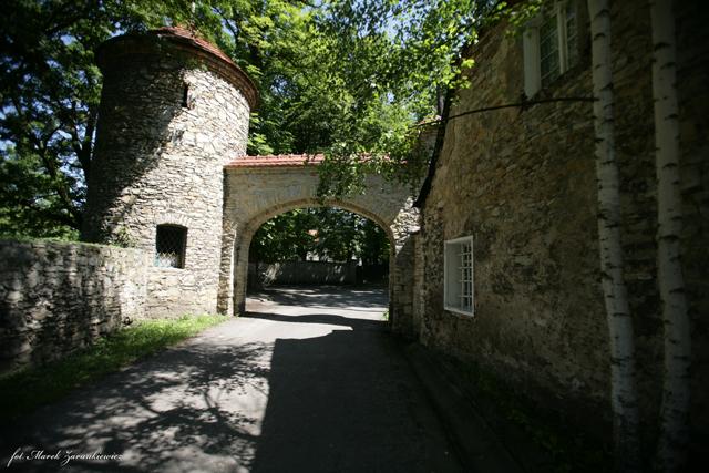 Kamienna brama z basztą przed wejściem do parku pałacowego w Żyrowej2.jpeg